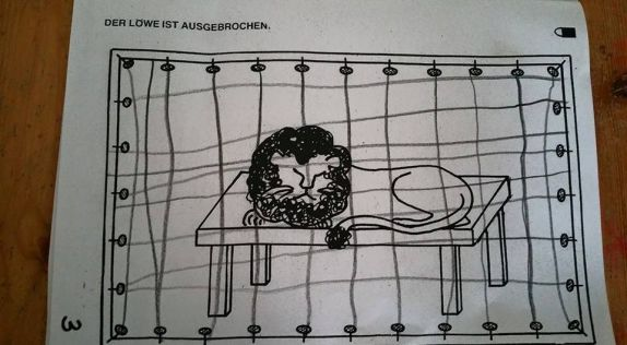 'Der Löwe ist ausgebrochen' - Bild in einem Übungsheft für Schulkinder!